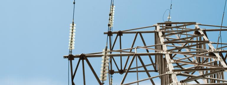 Jak uzyskać odszkodowanie za słupy energetyczne na działce?