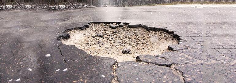 Polskie drogi, czyli jak walczyć o odszkodowanie po wjechaniu w dziurę